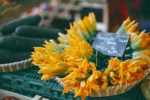 Fleurs de courgette dans un petit panier sur le marché