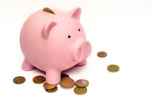 Tirelire cochon rose avec argent sortant