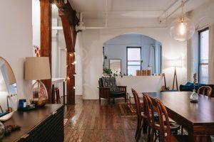 Intérieur d'une maison, salla à manger avec poutre apparente
