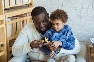 Petit garçon et son papa allant bricoler utilisant une clé à molette