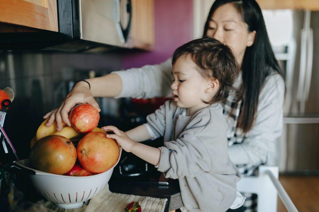 Enfant et mama, cuisinant des pommes