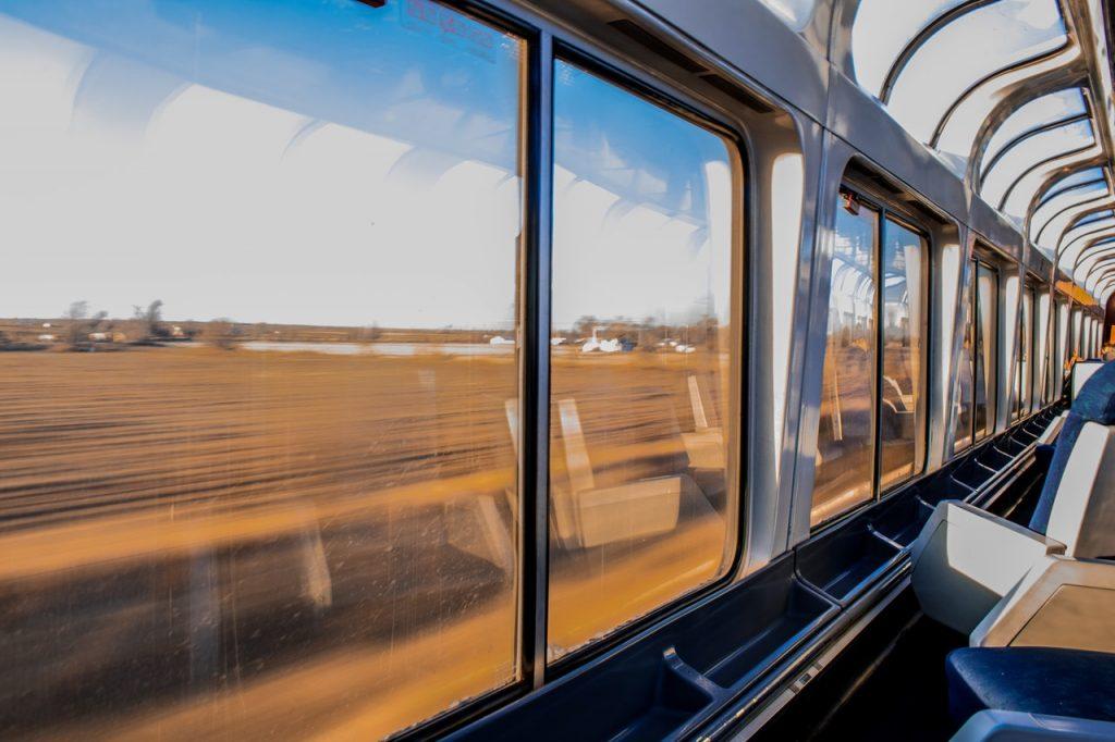 Intérieur d'un train avec vu sur le paysage