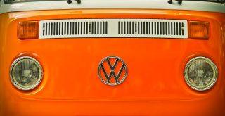 Phare rond d'un van Volkswagen orange typique