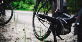 Vélo électrique en forêt