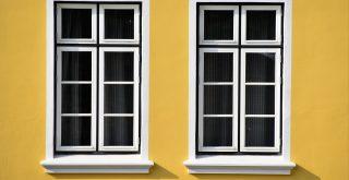 Fenêtre à feuillure à carreau sur mur jaune