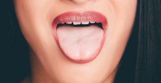 Langue blanche bouche rouge soleil